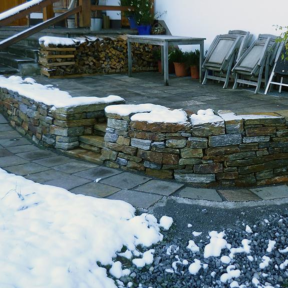 St tzmauer mit gartenbeet stein land naturstein und for Gartengestaltung vorarlberg
